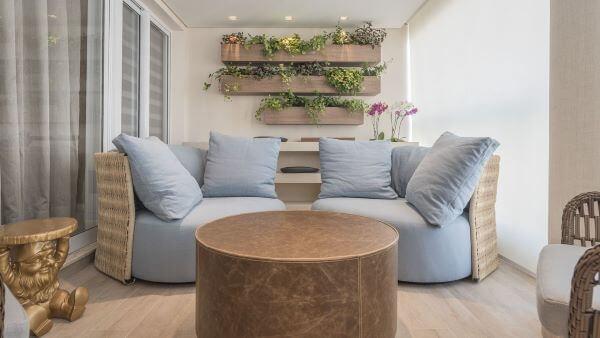 Suporte para plantas de madeira para decorar a varanda