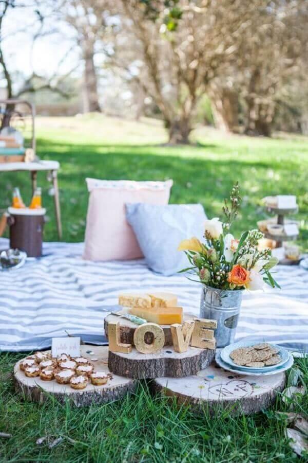 tábuas redondas de madeira rústica para festa de piquenique Foto Style me Pretty
