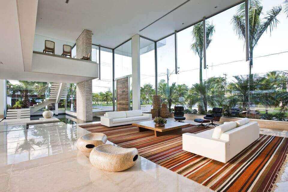 tapete colorido - ambiente com pé direito duplo e tapete com listras