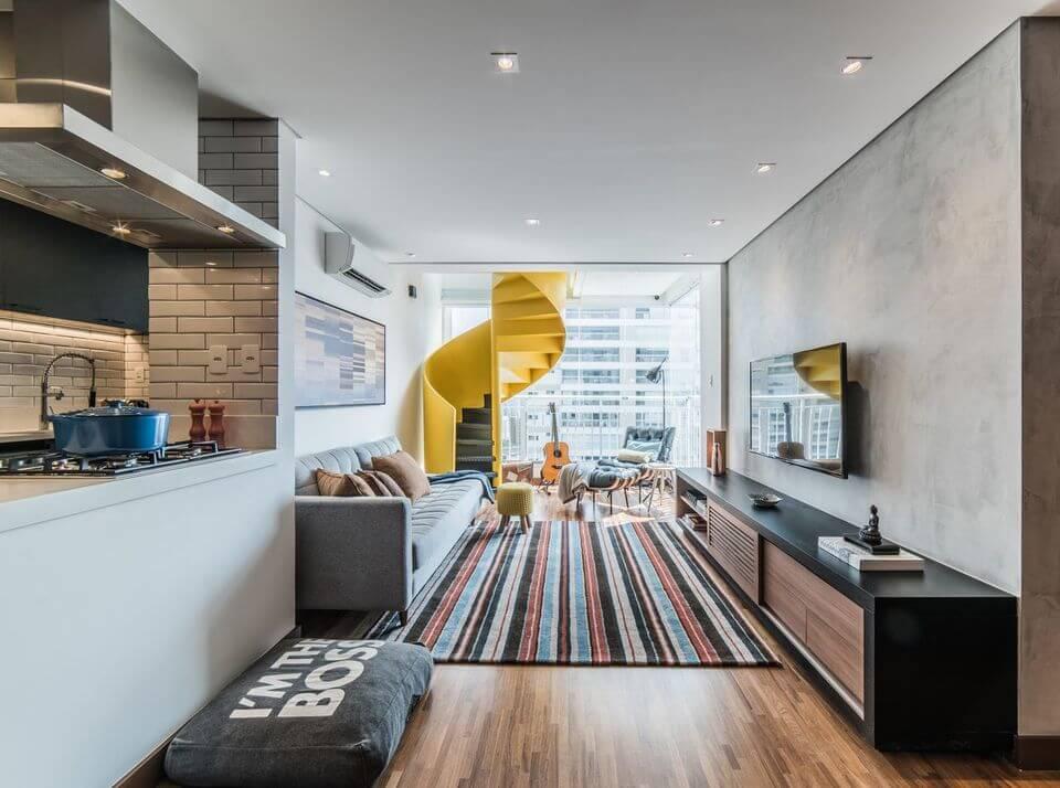 tapete colorido - escada caracol amarela e tapete listrado
