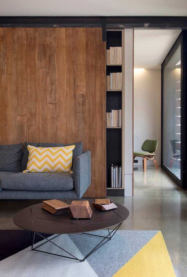 tapete colorido para sala decorada com mesa de centro redonda e parede amadeirada Foto Casa de Valentina