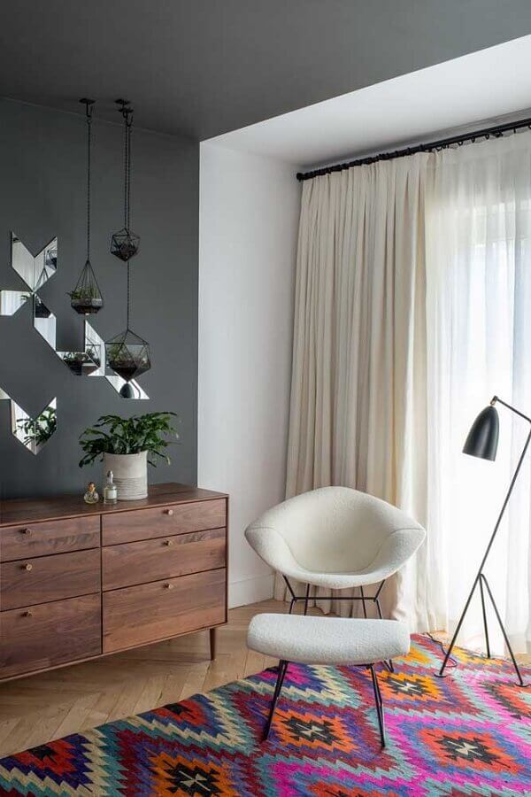 tapete colorido para sala decorada com poltrona moderna Foto Pinterest