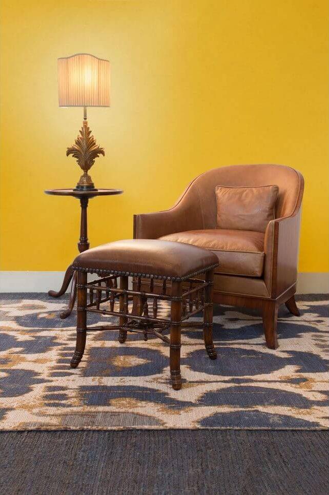 tapete colorido - poltrona e couro com descanso de pé e tapete