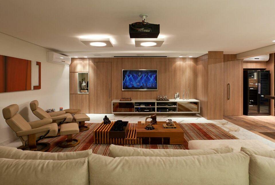 tapete colorido - sala de estar ampla com rack e tapete listrado