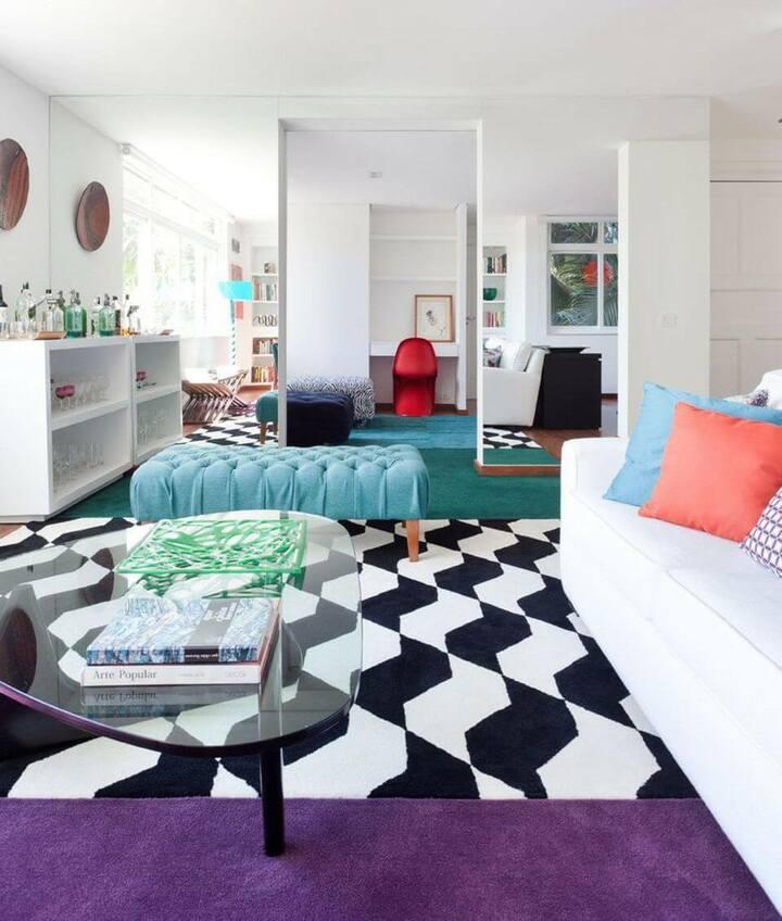 tapete colorido - sala de estar com tapete divertido e mesa de centro