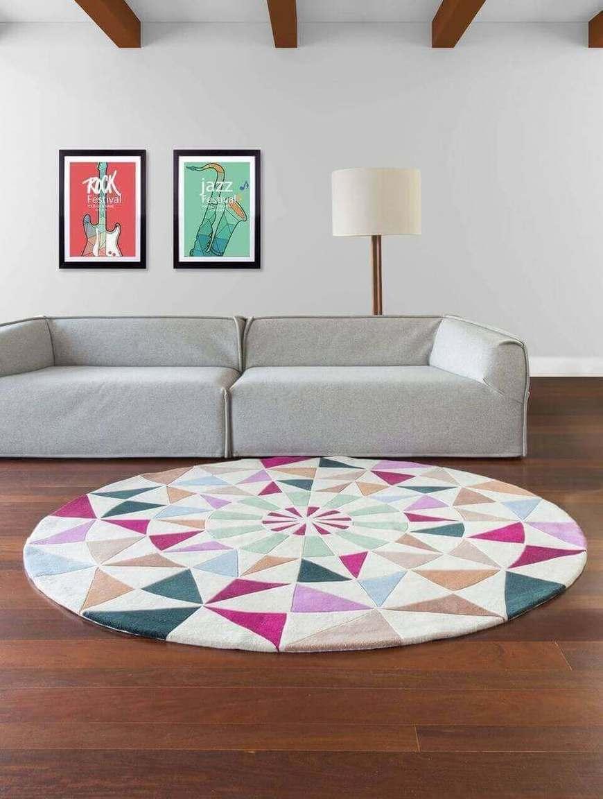 tapete colorido - sala neutra com tapete redondo colorido
