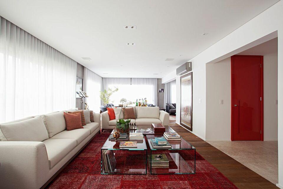 tapete colorido - sofá branco e tapete vermelho