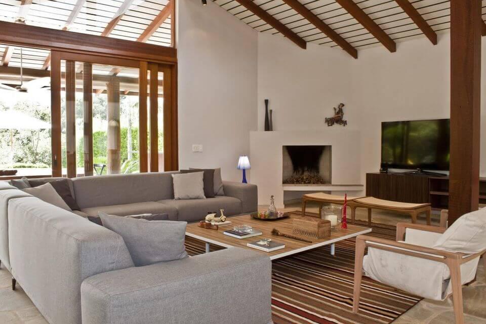 tapete colorido - sofá cinza com tapete listrado