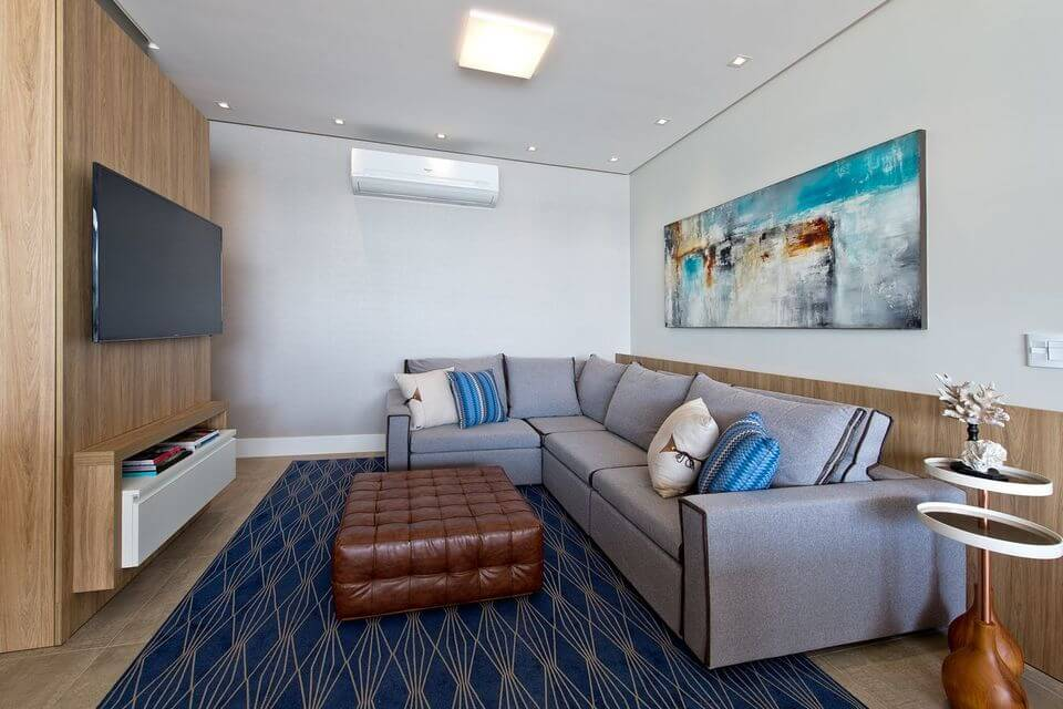 tapete colorido - sofá cinza de canto e tapete azul