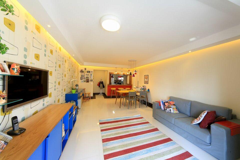 tapete colorido - sofá cinza e tapete listrado