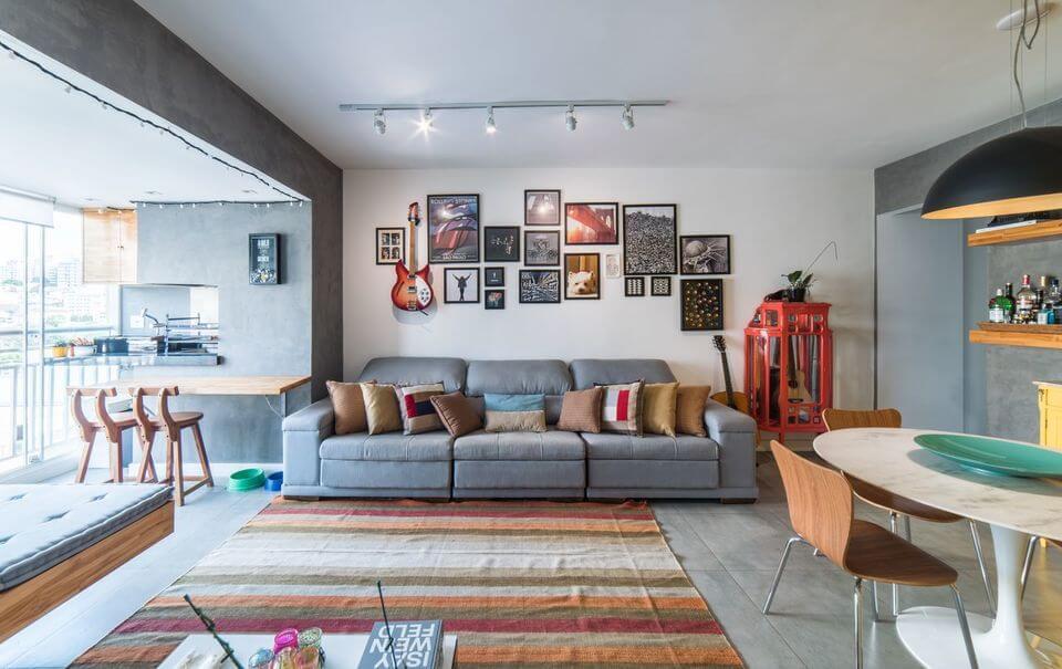 tapete colorido - sofá cinza, tapete listrado e quadrados na parede