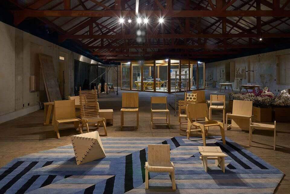 tapete colorido - tapete azul e cinza geométrico e cadeiras madeira