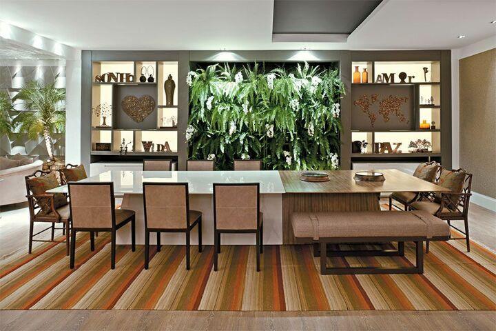tapete colorido - tapete com listras coloridas e piso de madeira