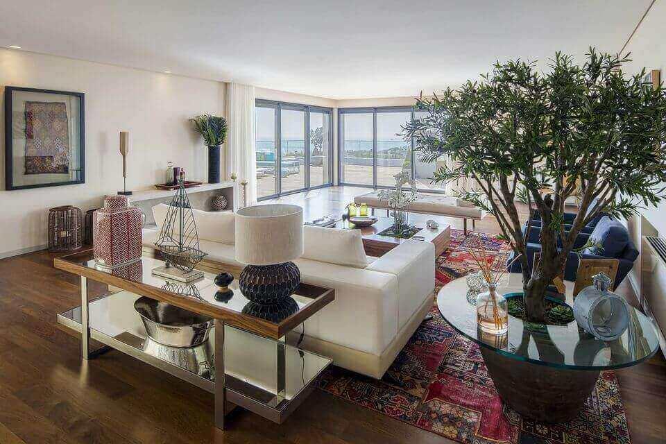 tapete colorido - tapete estampado e sofá branco