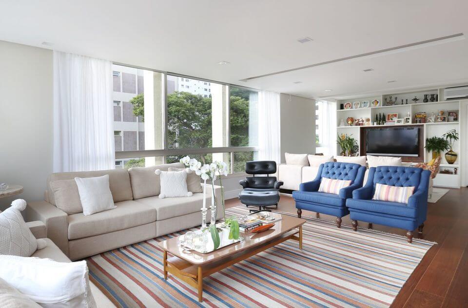 tapete colorido - tapete listrado e poltronas azuis
