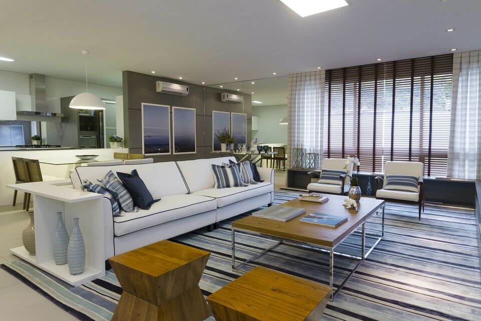 tapete colorido - tapete listrado e sofá branco