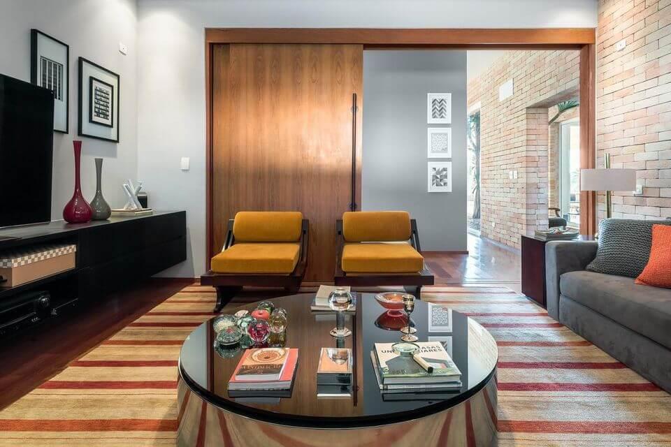 tapete colorido - tapete listrado e sofá cinza