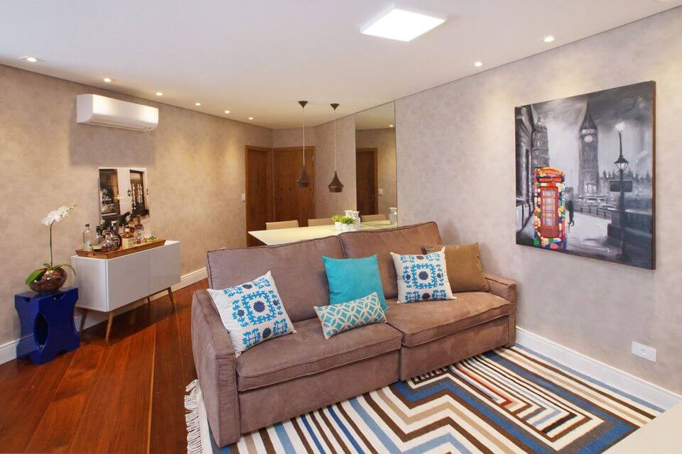 tapete colorido - tapete listrado e sofá marrom