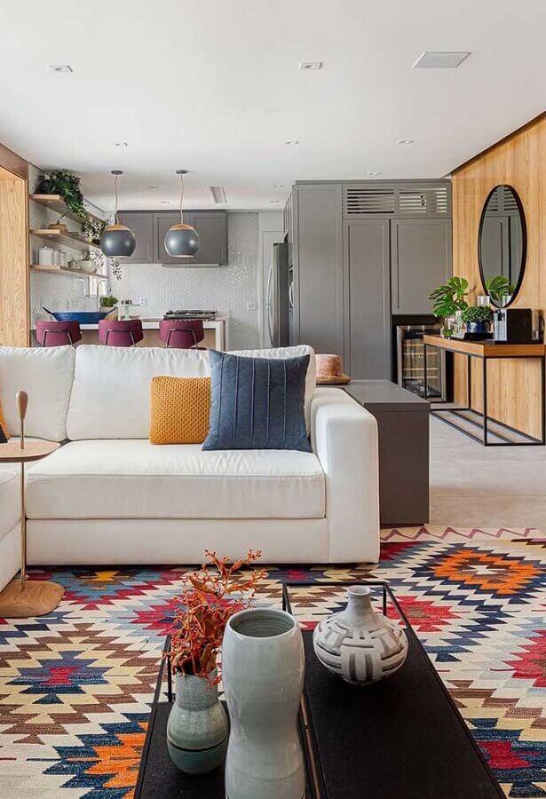 tapete geométrico colorido para decoração de sala grande com sofá de canto branco Foto Histórias de Casa