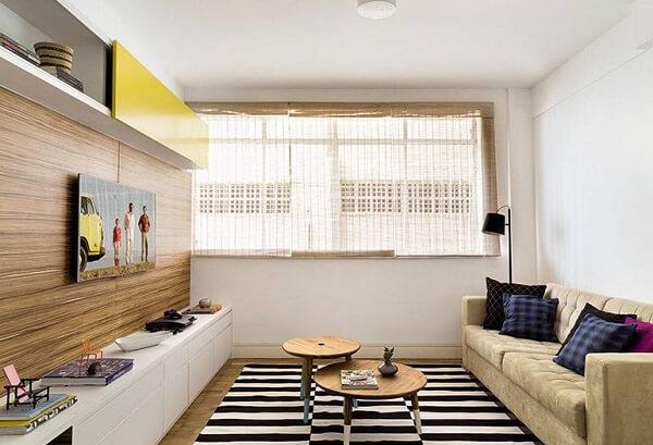 Sala de estar com luz natural e sofá suede