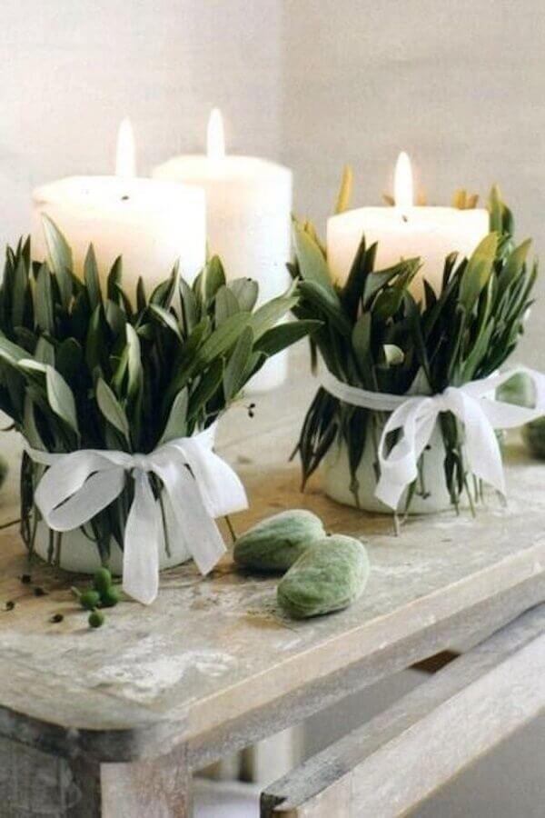 vela decorada com folhas para decoração de réveillon Foto Style&Minimalism