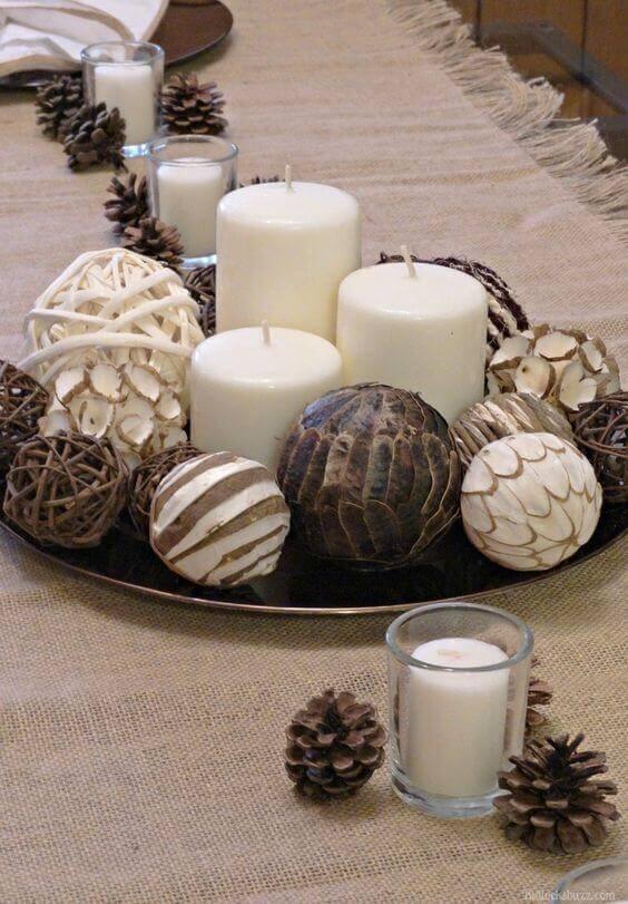 velas de natal - mesa com velas simples e bolas de outono