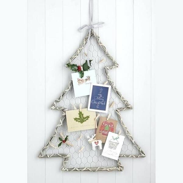 Árvore de Natal na parede com estrutura metálica e cartões natalinos
