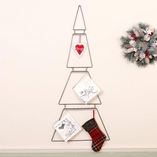 Árvore de Natal na parede com estrutura metálica