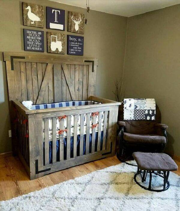 Quarto de bebê rústico com berço de madeira e poltrona confortável