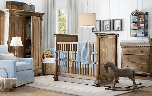 Quarto rústico de bebê com poltrona azul e berço de madeira