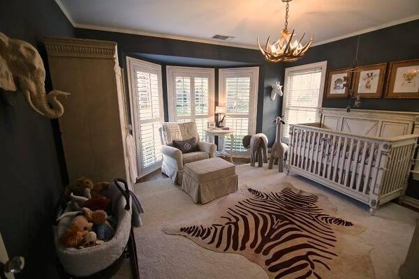Quarto rústico de bebê com tema de safari