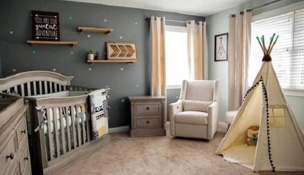 Quarto rústico de bebê com berço de madeira e cabaninha