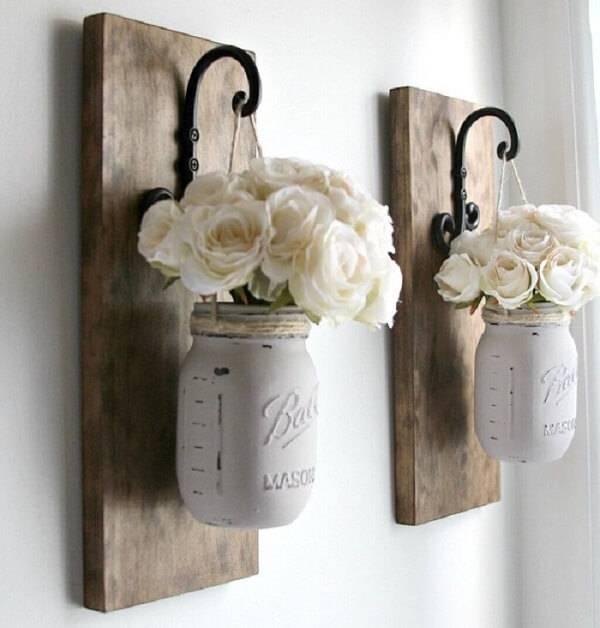 Decoração rústica com pedaços de madeira serve de vasos para as plantas