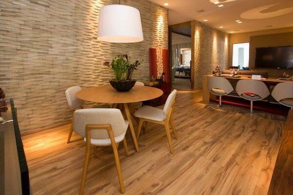 Sala de jantar com piso flutuante de madeira