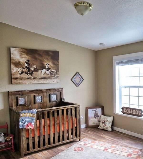 O quarto de bebê rústico segue a temática de cowboy e conta com a presença de um berço de madeira