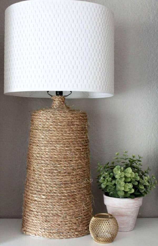 O abajur com acabamento em sisal se harmoniza facilmente na decoração de um quarto rústico