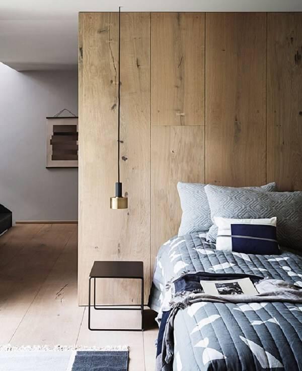 Quarto rústico simples com parede madeira e criado mudo de ferro