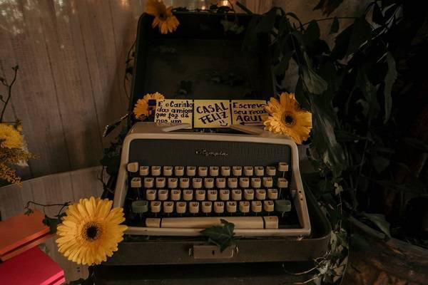 Flores de gérbera amarela decoram com alegria o ambiente