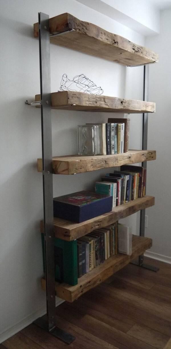 Estante rústica feita com prateleiras de madeira