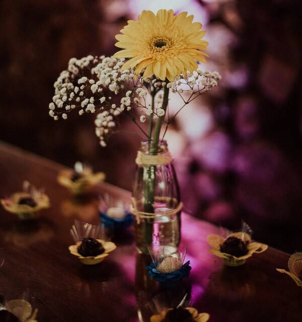 A flor de gérbera e a flor mosquitinho formam um delicado arranjo de mesa
