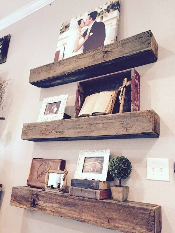 Prateleiras de madeira encantam a decoração do quarto rústico