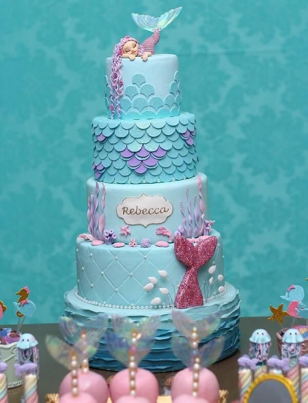 Modelo fake de bolo com temática de sereia