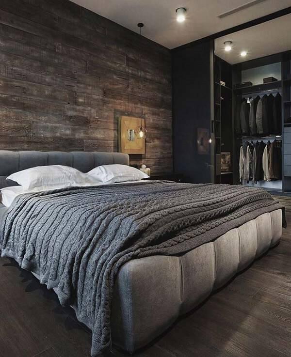 A madeira escura utilizada na parede trouxe sobriedade ao quarto rústico