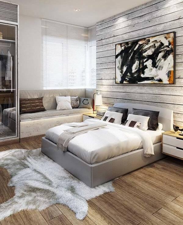 Quarto rústico com tapete de pelinho e piso laminado de madeira
