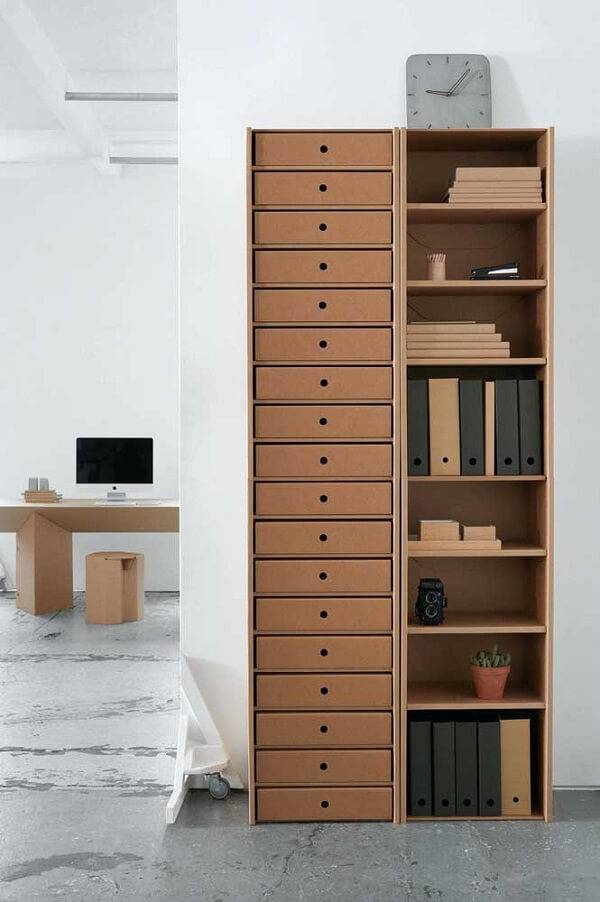 Organize o ambiente da casa com móveis de papelão
