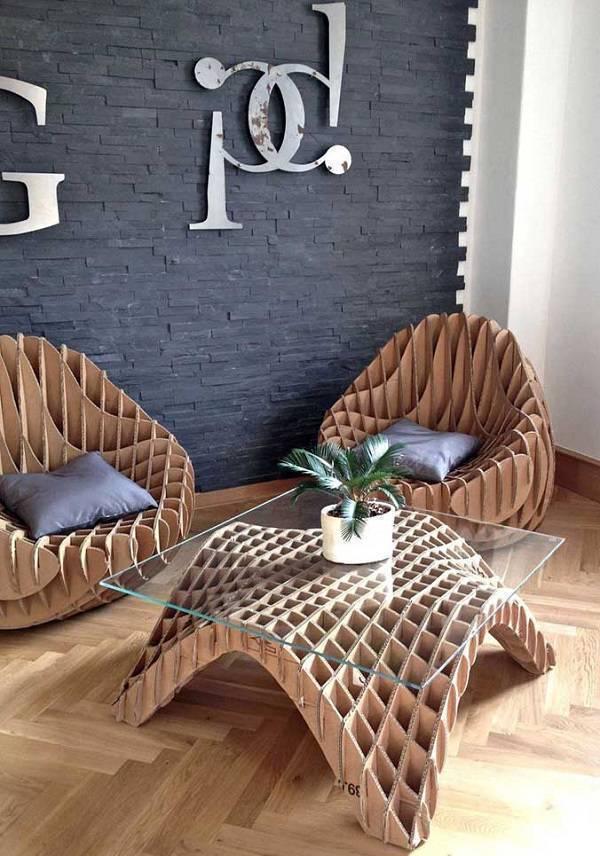 A sala de estar recebeu móveis de papelão