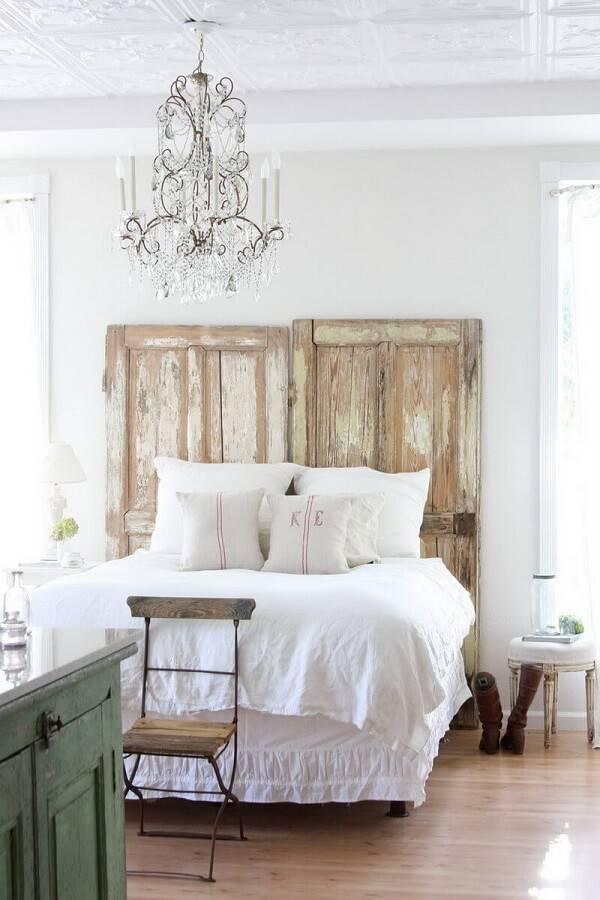 A cabeceira da cama de casal foi feita com duas portas de madeira