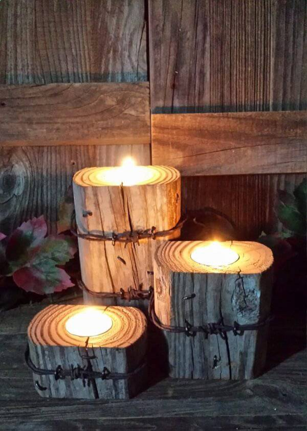 Invista em uma iluminação especial utilizando velas e pedaços de madeira