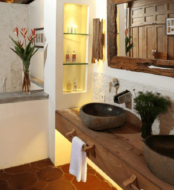 O armário de madeira para banheiro conta com suporte para toalhas de mão