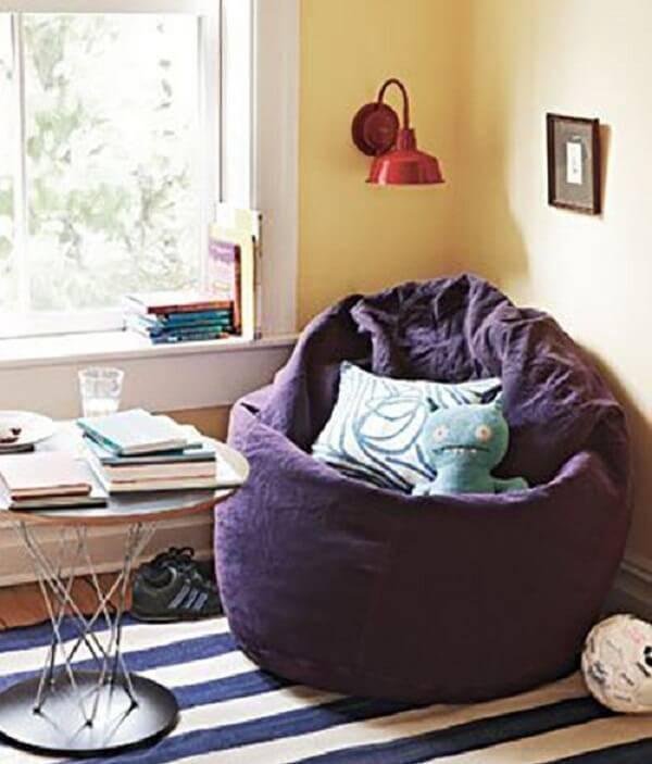 Ambiente decorado com puff gigante em tom roxo